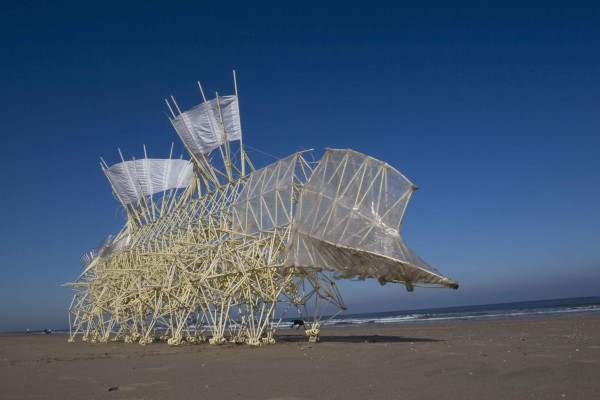 Espacio Fundación Telefónica presenta exposición de esculturas de Theo Jansen